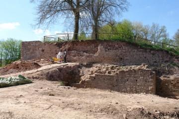 Von Steinraub besonders stark betroffen sind die Ringmauer und die davor gelegene Zwingermauer. Blick auf die Ostseite der Burg 2007.