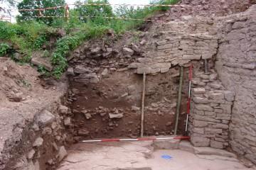 Ende des 15. Jahrhunderts ersetzte man die hölzerne Brücke über den Burggraben durch eine von zwei Seitenmauern flankierten, aufgeschüttete Rampe.