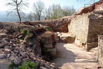 Blick in den freigelegten Burggraben, der ursprünglich als Steinbruch entstanden war. Blickrichtung: Süd.