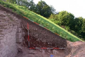 An der dorfseitigen Böschung konnte sich nur wenig Schutt anlagern. Entsprechend tiefgründig erfolgte hier die Entnahme des Mauerwerks.