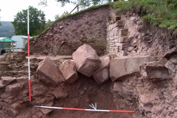 Die verstürzten Eckquader der Nordostecke der Ringmauer haben sich beim Abbruch der Mauern ineinander verkeilt und mussten an Ort und Stelle belassen werden.