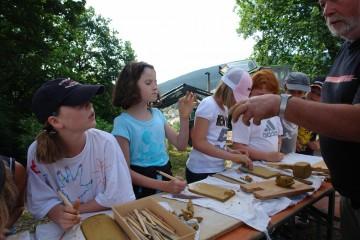 Für die Kinder gibt es an den Burgfesten natürlich ebenfalls etwas zu erleben und zu lernen. Zum Beispiel die Herstellung von Dachziegeln.