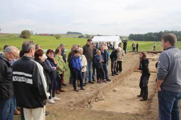 Die Besucherschar lauscht den Ausführungen der Archäologen.