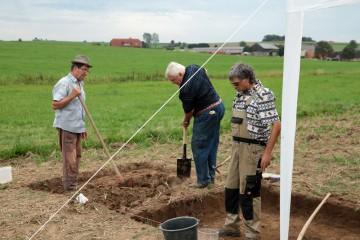 Schnell haben sich Klein-Teams für die einzelnen Arbeitsschritte zusammengefunden. Hier: Horst und Richard beim Abtrag der Pflugschicht.