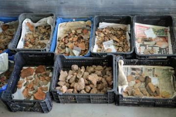 Bereits nach der ersten Grabungswoche steht der halbe Container voll mit Fundkisten.