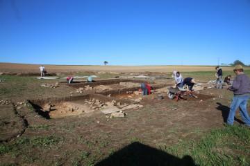Zur Mitte der Grabungskampagne hin haben die untersuchten Flächen eine beachtliche Ausdehnung erreicht, Tendenz steigend.