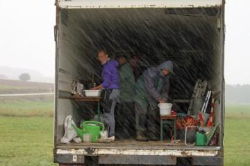 Top Wetter! Bei zwei Grad und Schneeregen zog es uns in den Container zum Scherbenwaschen - dank eines Campingkochers mit warmem Wasser.