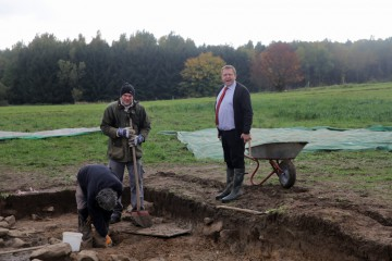 Rainer wird zum Trendsetter: Mit Schlips und Gummistiefeln begründet er die Archäologen-Kollektion für 2016.