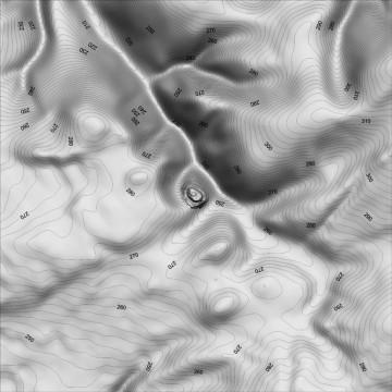 Digitales Geländemodell: Visualisierung als Schummerung mit Höhenlinien (1500m x 1500m, Geländeoberfläche geglättet, Äquidistanz der Höhenlinien 2m). Datengrundlage: Bayerische Vermessungsverwaltung 2014; Bearbeiter: Karl-Heinz Gertloff, Egelsbach.