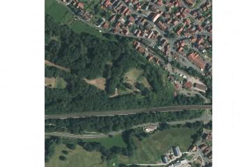 Luftbild des Schlossbergs vom 19.07.2014 (500m x 500m). Quelle: Bayerischer Denkmal-Atlas (www.blfd.bayern.de); Bearbeiter: Karl-Heinz Gertloff, Egelsbach.