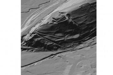 Digitales Geländemodell mit planiertem Geländeplateau und rekonstruierten Mauern in 3D-Schrägansicht aus Nordost. Datengrundlage: Bayerische Vermessungsverwaltung 2014; Bearbeiter: Karl-Heinz Gertloff, Egelsbach.