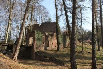 Burg Wildenstein ist im inneren Spessart die einzige Burgruine, die zu großen Teilen erhalten ist. Die vielen übrigen Standorte ehemaliger Burgen im Spessart sind überbaut, vergessen oder nur noch als Hügel im Gelände erkennbar.