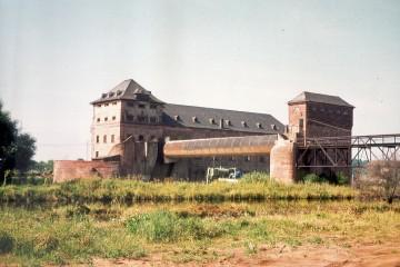 1914 wurde der Bau der Staustufe bei Mainaschaff begonnen und 1919, kurz nach Ende des Ersten Weltkrieges, vollendet. Der Main wurde 2,5 m hoch aufgestaut. Eine 12 m breite und 400 m lange Floßgasse wurde im Bereich der Schleuse parallel zum Fluss angelegt, in der die Flößer den Höhenunterschied zwischen Ober- und Unterwasser überwinden konnten. Das Gefälle des Flusses ermöglichte den Bau eines Kraftwerks mit drei Turbinen. Im Zuge der letzten Mainregulierung wurde der Fluss an der neuen Staustufe Kleinostheim auf 6,80 m Höhe aufgestaut. Dadurch wurde die Staustufe Mainaschaff hinfällig. Am 6. Juni 1971 stellte das Kraftwerk die Tätigkeit ein.
