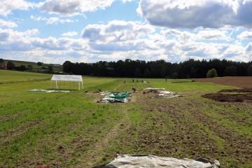 Blick über die Grabungsflächen: vorne Schnitt 1/5, dahinter Schnitt 2. Blickrichtung Süd.