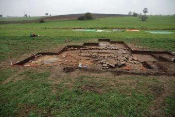 Die Steinsetzungen in Schnitt 2. Blickrichtung Ost.