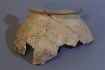 Kugeltopf aus hell brennender Keramik. Die Magerung besteht aus örtlichem Basalt.