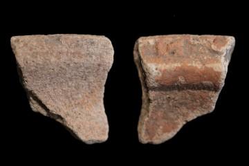 Mündung einer Spitzkachel mit T-förmigem Rand. Solche Ofenkeramiken waren in der ersten Hälfte des 14. Jahrhunderts in Südhessen und am Untermain weit verbreitet.