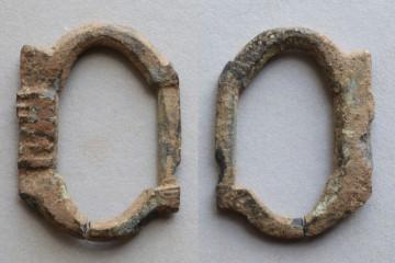 Vorder- und Rückseite einer Messingschnalle, Höhe: 3,1cm. Das einstmals glänzende Schmuckstück verschloss einen Schuh. Ein klassisches Produkt aus Nürnberg.