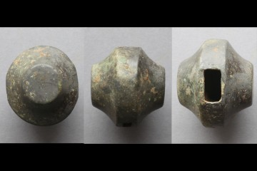 Schwertknauf aus Bronze, Höhe: 8,2 cm. Das ursprünglich golden schimmernde Stück bildete den Abschluss eines Schwertgriffs. Der Fund erstaunt im vorliegenden dörflichen Kontext.