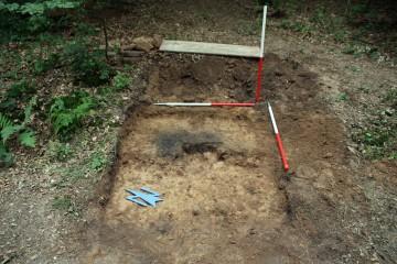 Die etwa rechteckige Feuerstelle hat eine Kantenlänge von rund 60 cm.