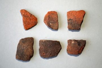 Die dünnwandige, oxidierend rot gebrannte Irdenware ist hoch- oder spätmittelalterlich.