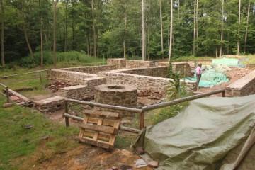Heute begannen die archäologischen Arbeiten. Das Maurer-Team ist, wie man an den frischen Grundmauern sieht, schon seit drei Wochen am Werk.