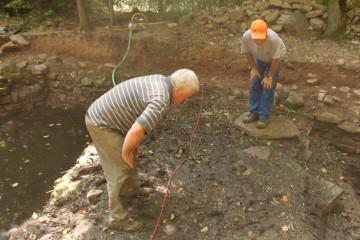 die Hobby-Trapper Bruno und Horst auf Spurensuche im Teich