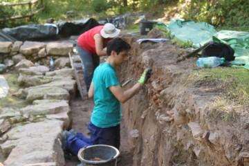 Im Nordwesten des Klosters neigen sich die Feinarbeiten langsam dem Ende zu. Hier das letzte Profil der Fläche.