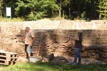Auch bei der Überkronung der Kirchengrundmauern ist das Ende in Sicht. Der Fortschritt wird auch von Erika festgehalten.
