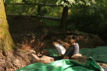 Thomas hat es sich zum Zeichnen gemütlich gemacht, vorausgesetzt, man nennt eine Steinmauer im Rücken gemütlich.