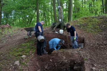 Unter einer meterdicken Lehmschicht lassen sich erste Strukturen nachweisen.