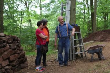 Thomas erläutert Interessierten des Vereins für Heimatpflege den Grabungsfortschritt.