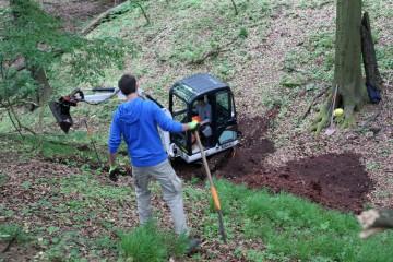 Bei der Sondage im südlichen Burggraben kommt erstmals schweres Gerät zum Einsatz.