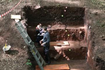Parallel zu den Grabungen untersuchen Studenten des Instituts für Geographie der Universität Würzburg die Erdschichten.