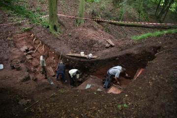 Das Putzen des Burggraben stellt sich in vielerlei Hinsicht als große Herausforderung dar.