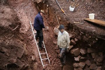 Eine in den Felsen geschlage Schräge war bereits im Mittelalter effektiver Bestandteil der Verteidigung.