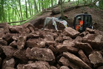 Die im Graben gebrogenen Steine eignen sich optimal zur Teilrekonstruktion der Mauerfundamente.