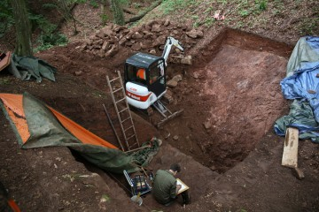 Parallel zum Baggern wird im Burggraben bereits dokumentiert.