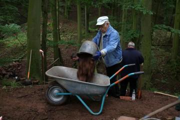 Otto ist einer der wenigen Waldaschaffer Senioren, die auf der Burg Wahlmich tatkräftig anpacken.
