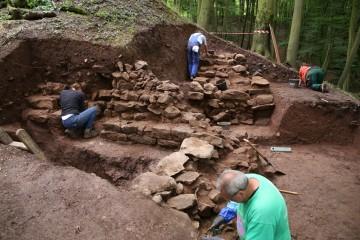 Freilegung der westlichen Ringmauer der Burg Wahlmich bei Waldaschaff anlässlich der Ausgrabungen 2016