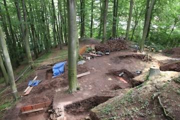 Nach eineinhalb Monaten Grabungen prägen die Grabungsschnitte das Gesamtbild des Burgbergs.