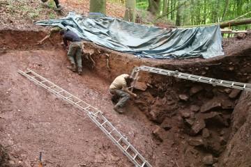 Die Geographen ermittelten auf ihre Weise die Geschichte des Burggrabens.