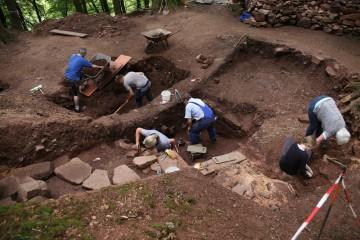 Nach Aufdeckung einer Eingangsrampe ist klar: In Schnitt 1 Nord lag urspünglich der Keller eines steinernen Hauses.
