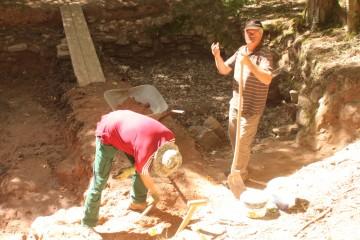 Während um die Kirche herum gemauert wurde, nahmen sich Bruno und Dieter heute der Verfüllung des Teiches an.