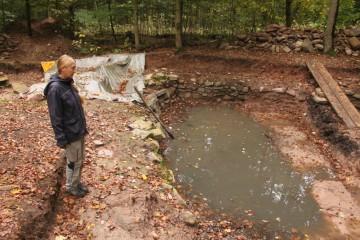 """Urlaubsbedingt hat die Grabung in den letzten zwei Wochen geruht. In dieser Zeit hatte der Teich Gelegenheit, sich wieder ein ganzes Stück zu füllen: """"Willkommen zurück!"""""""
