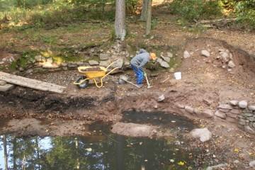 Ein Männlein schafft im Walde... Weder still noch stumm rückt Horst der Teichverfüllung zu Leibe.