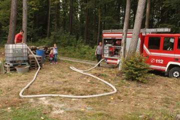 Die Freiwillige Feuerwehr Ruppertshütten versorgt uns mit Wasser für die Aufmauerungsarbeiten. Ein großes Dankeschön hierfür!