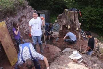 Der Wurzelstock einer großen Akazie musste vorsichtig im Befund freigegraben werden.