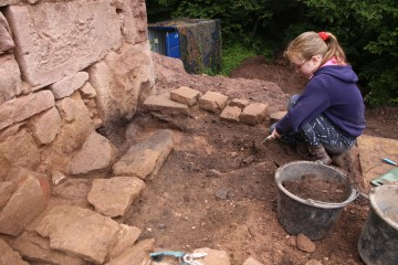 Schon bald nach Grabungsbeginn fanden sich erste Bebauungsspuren.