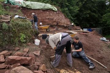 Der Abbau der Laufhorizonte förderte eine große Anzahl von Funden zutage. Nun war Handarbeit angesagt.